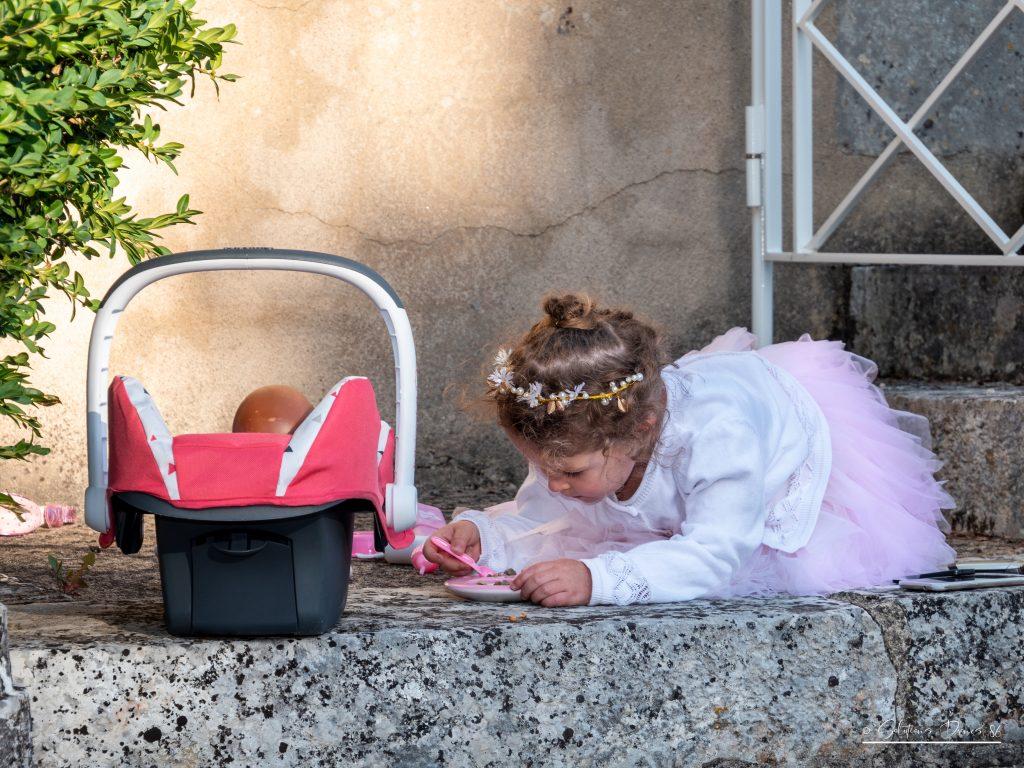 Enfant qui joue à la poupée